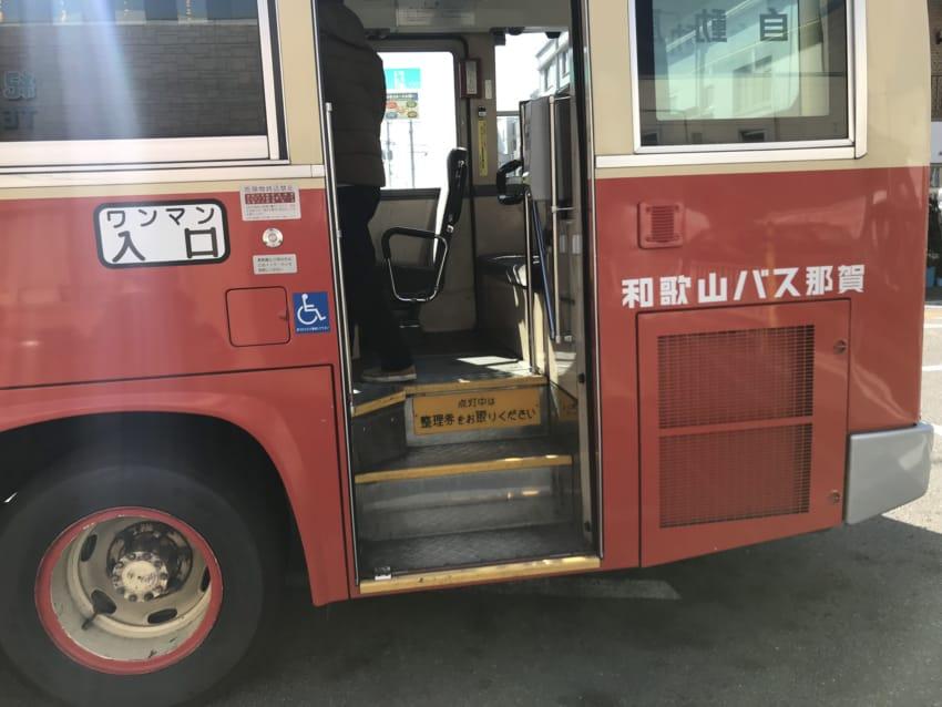 バス乗り口のステップ