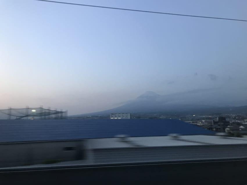 新幹線からのシルエット富士
