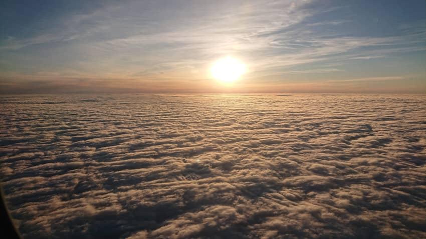 飛行機から見た雲海と太陽