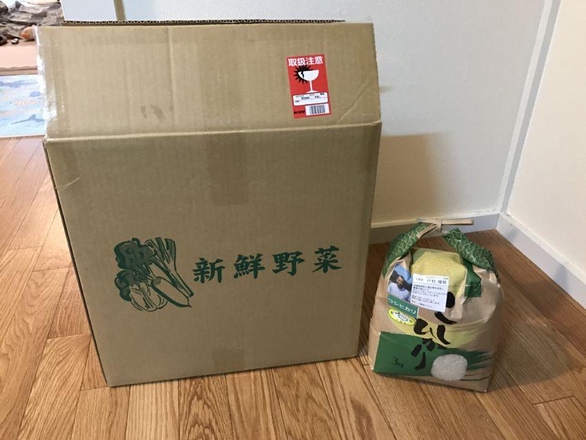 新鮮野菜のダンボールとコシヒカリ3kg