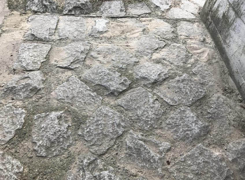 ゴツゴツした石畳