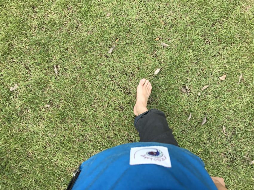 裸足と芝生