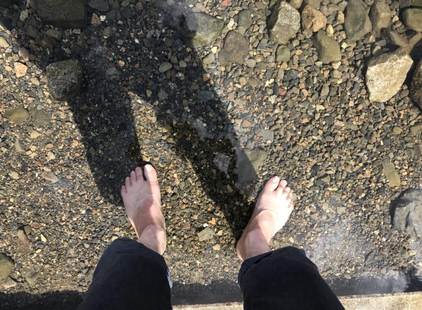 鴨川に足を浸す
