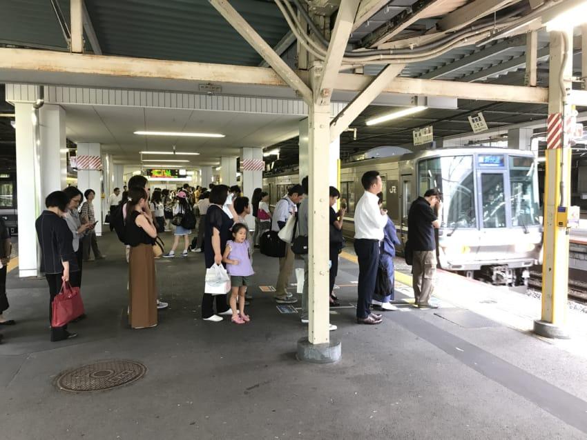 京都駅の新快速待ちの行列