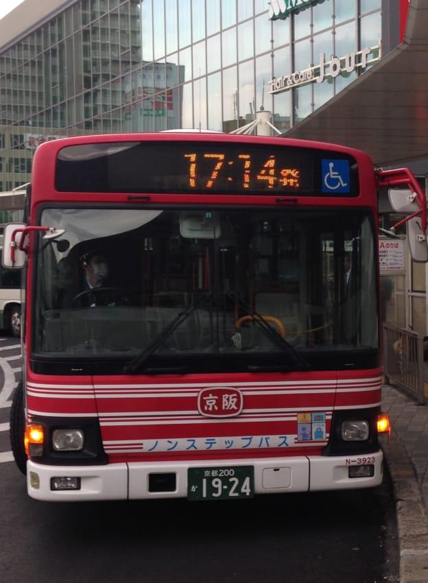 出発時刻表示をする京阪バス