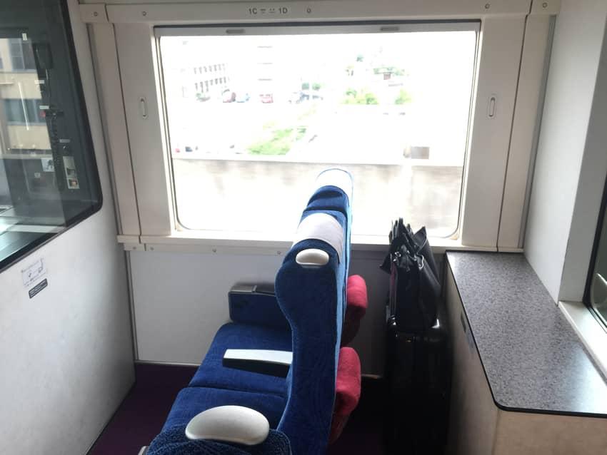 席の背後にキャリーバッグを置いてみた