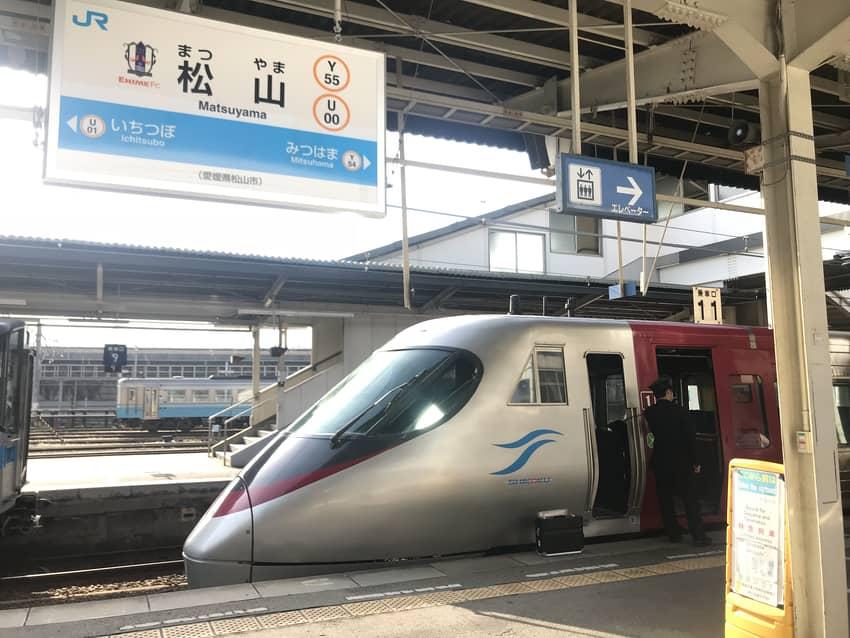 松山駅に到着したしおかぜ